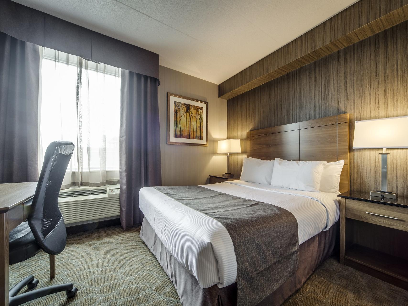 Double bed with working table and chair - Monte Carlo Inn Airport Suites