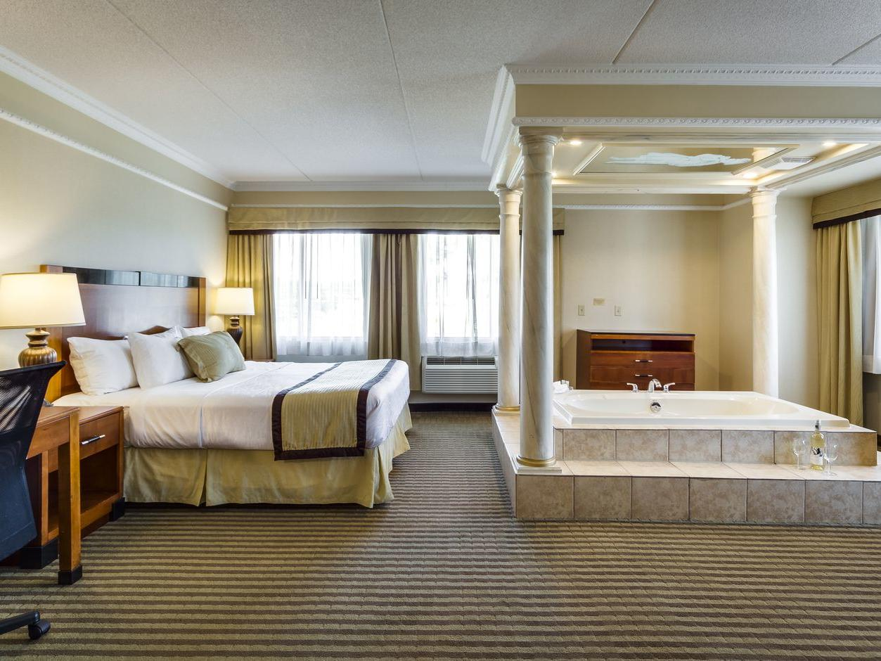 Deluxe King Jacuzzi Suite - Monte Carlo Inns - Brand Site