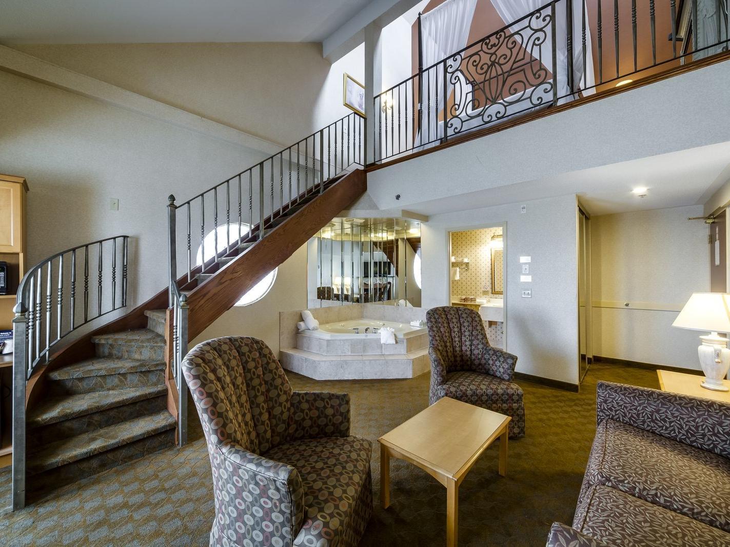 Queen Studio Suite with Separate Seating Area - Markham