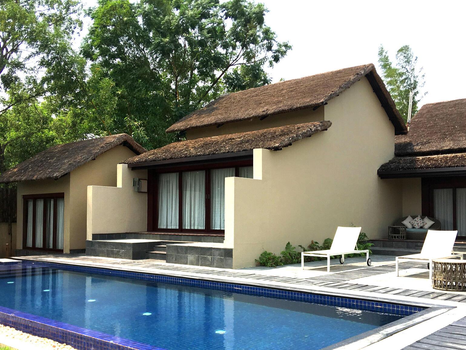 Out door pool near room at Meghauli Serai