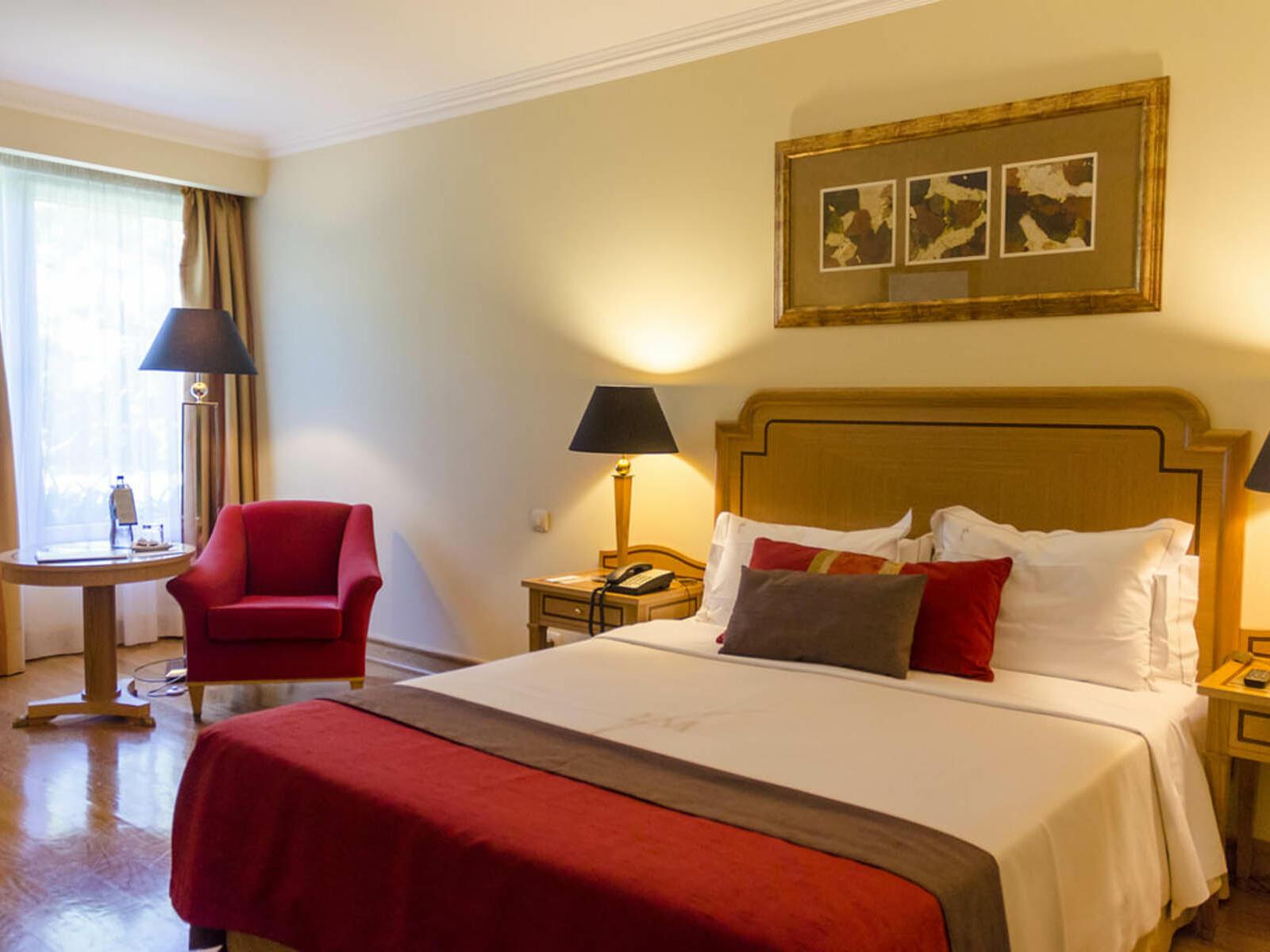 Lit queen confortable dans une chambre moderne - à l'hôtel Cascais Miragem Health and Spa