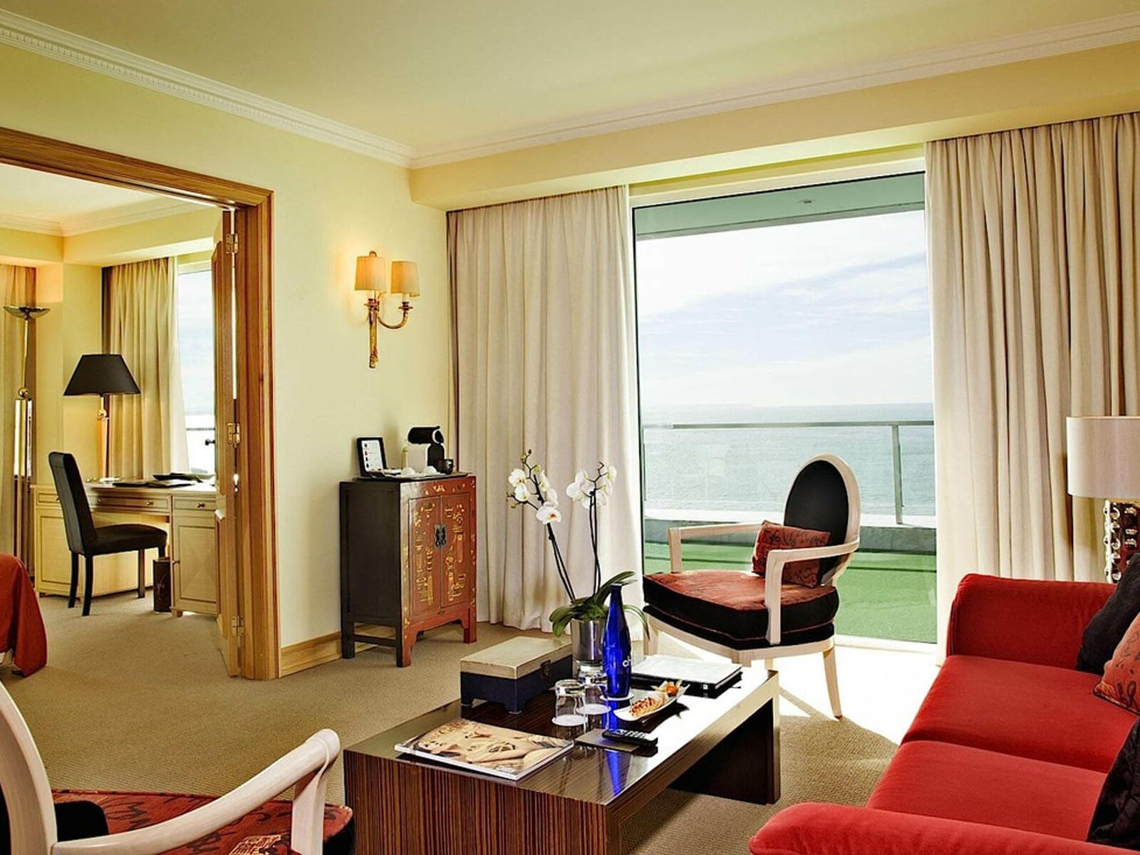 Sala de estar equipada com sofá - no Hotel Cascais Miragem Health and Spa