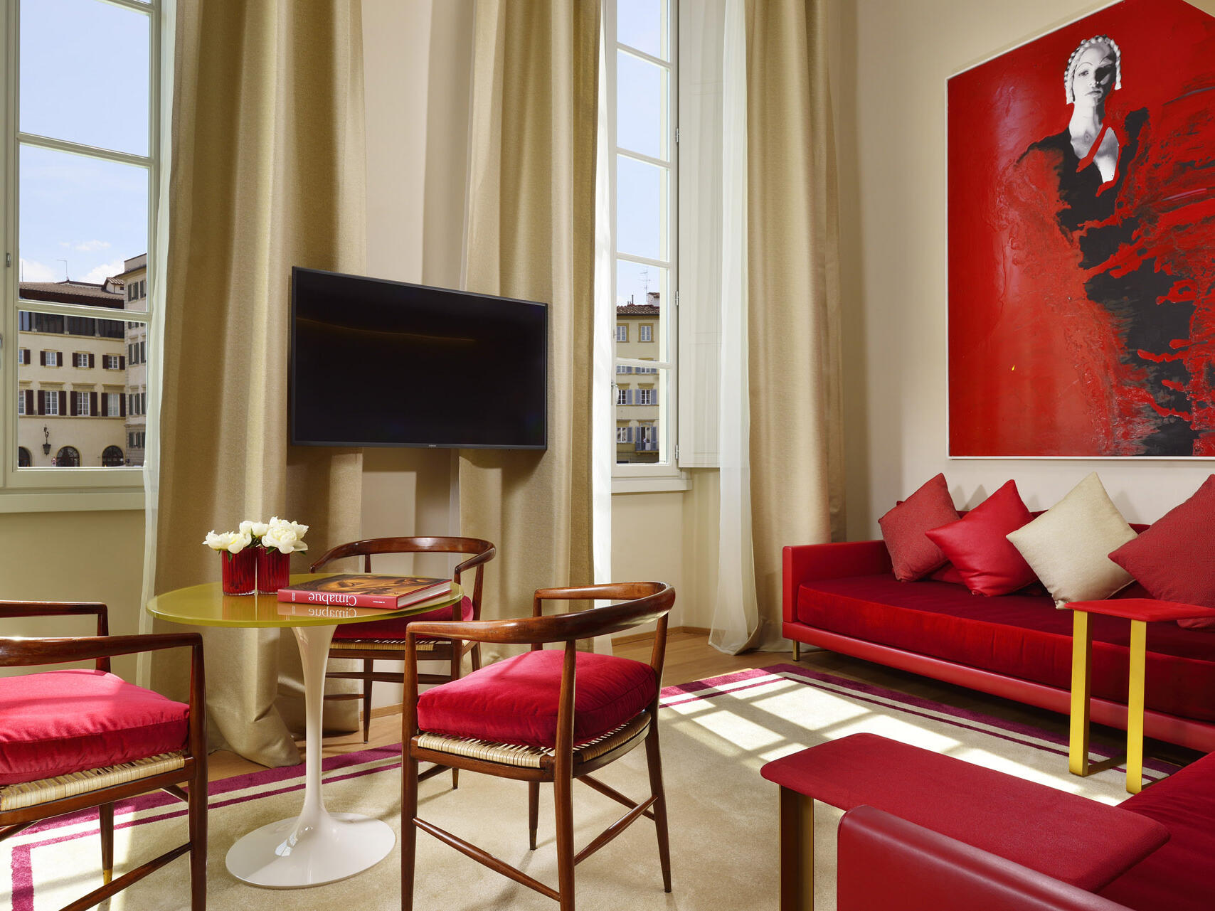 Living room with TV at Grand Hotel Minerva