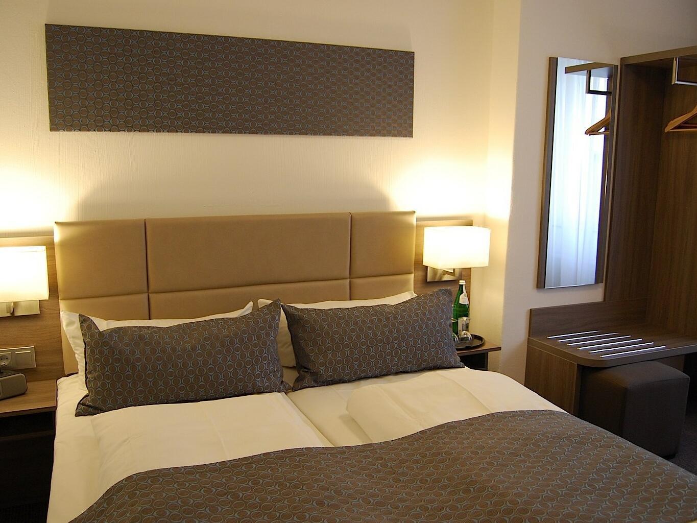 Comfortable bed- Dom Hotel Am Roemerbrunnen