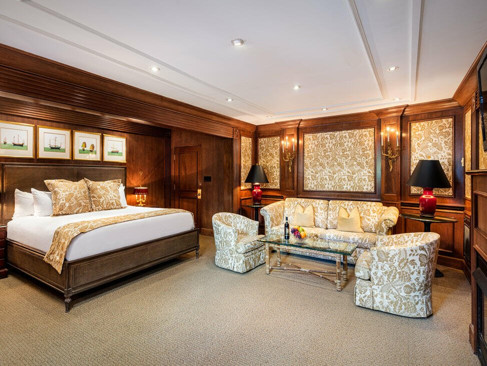 Superior Courtyard King Room with one bed and a sofa set at Pine Inn
