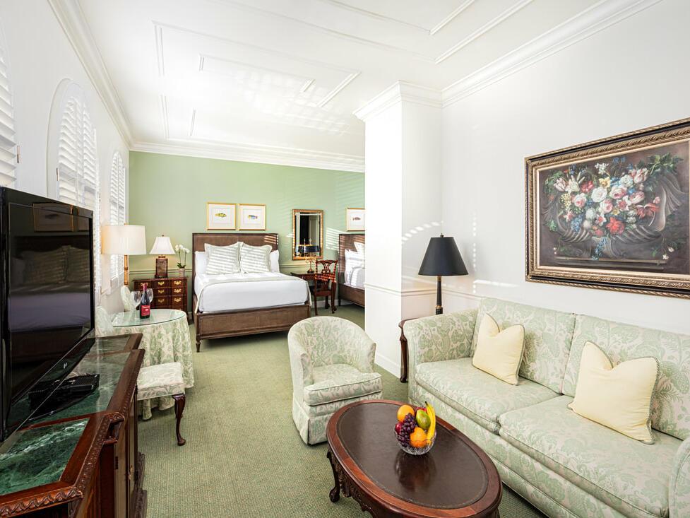 Living area in Deluxe Double Queen Room at Pine Inn