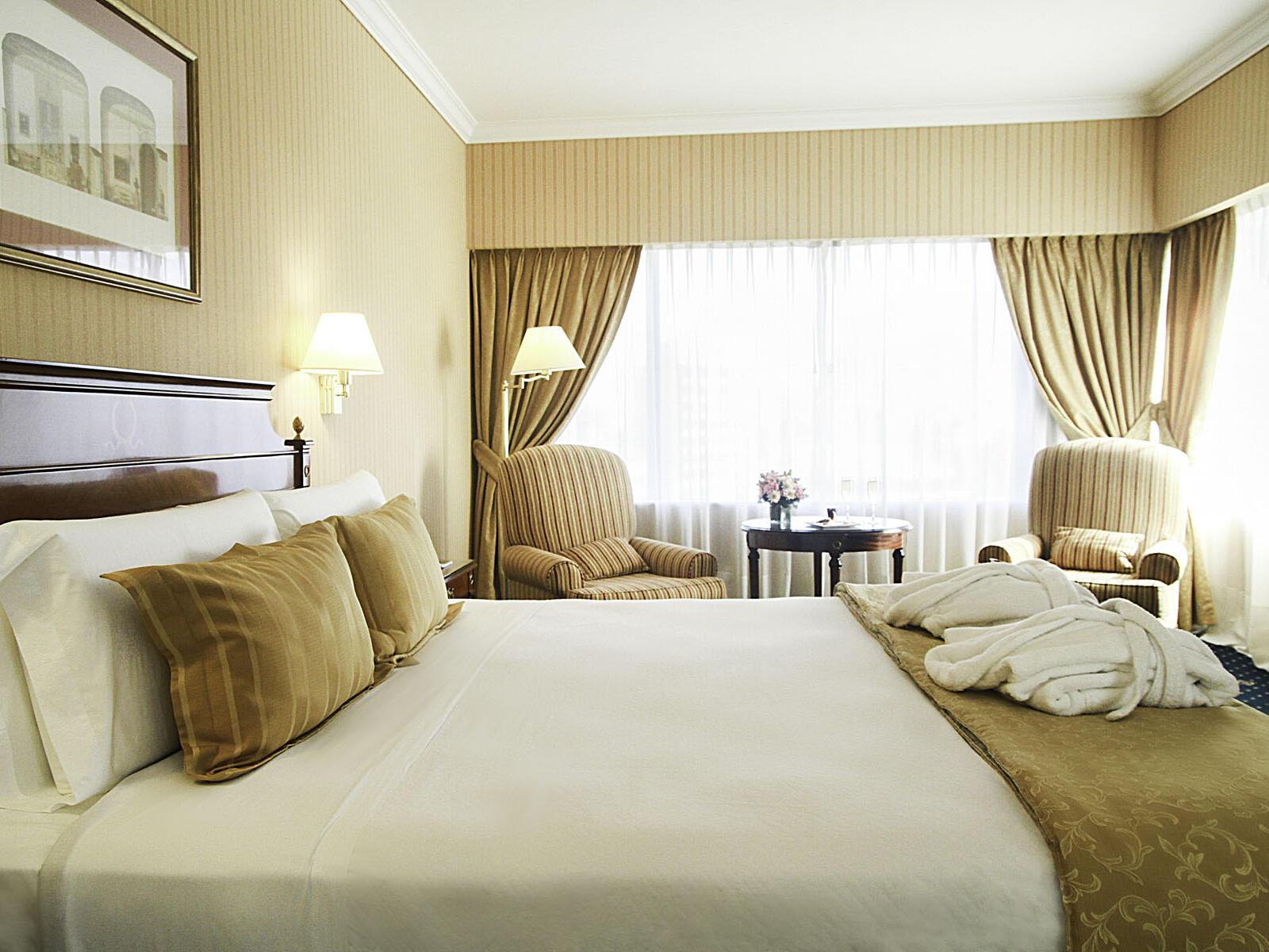 Corner Suite con una cama en el Hotel Emperador Buenos Aires
