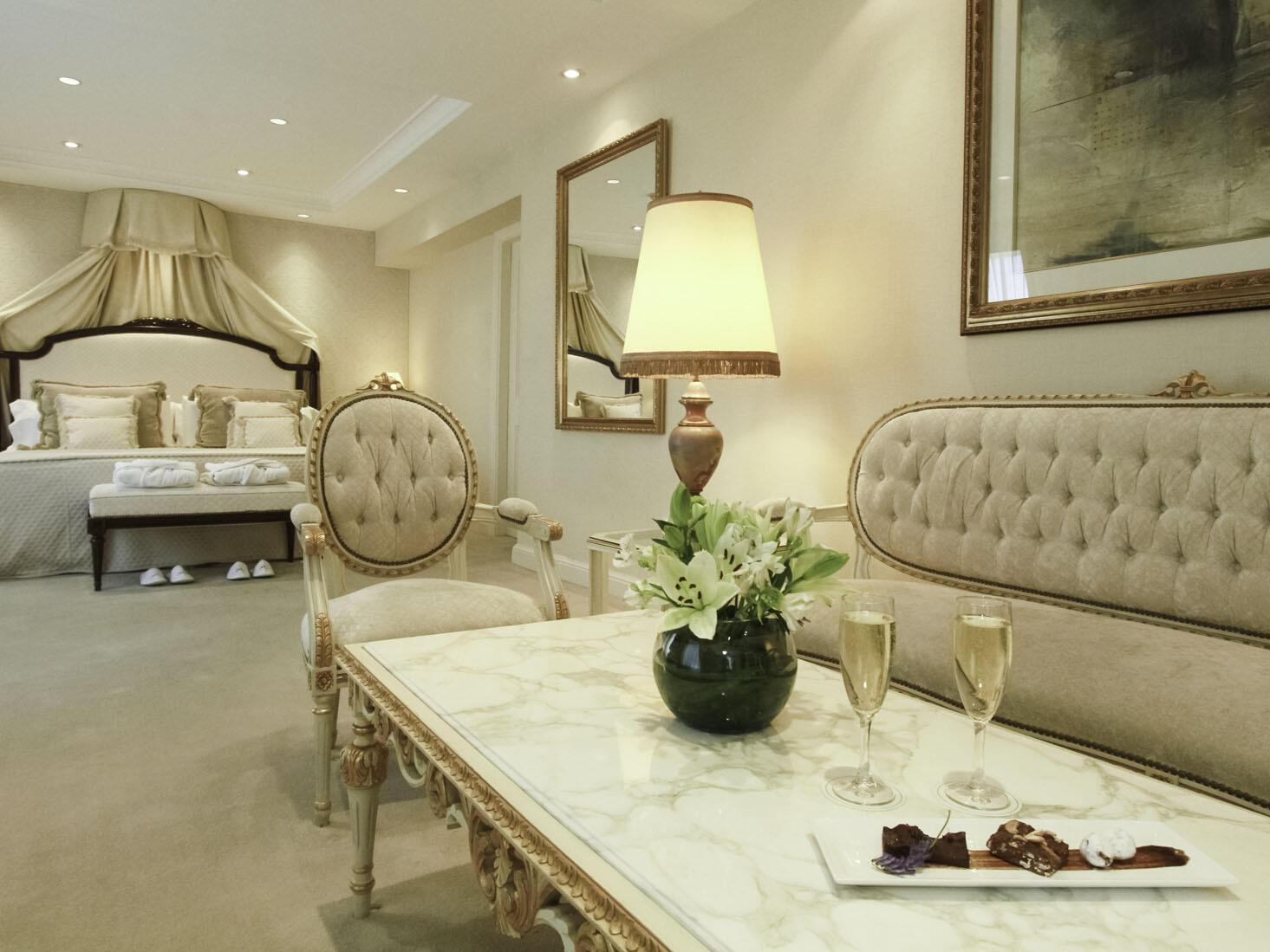 Área de estar en la Suite Emperatriz en el Hotel Emperador Buenos Aires