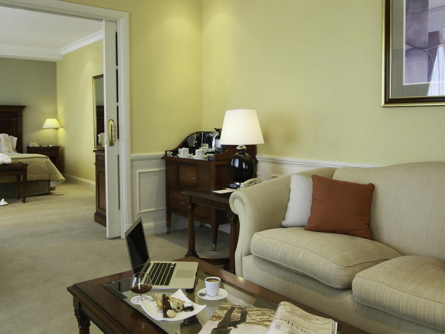 Sala de estar en la Club Suite en el Hotel Emperador Buenos Aires