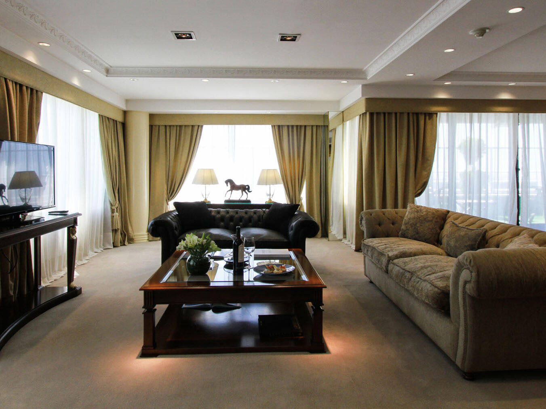 Área de estar en la Suite Presidencial Emperador en el Hotel Emperador Buenos Aires