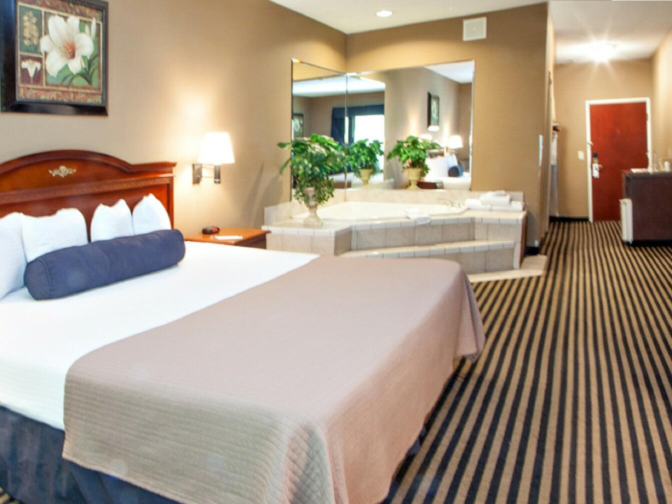 King Jacuzzi Suite with one bed and a jacuzzi at Mountain Inn & Suites