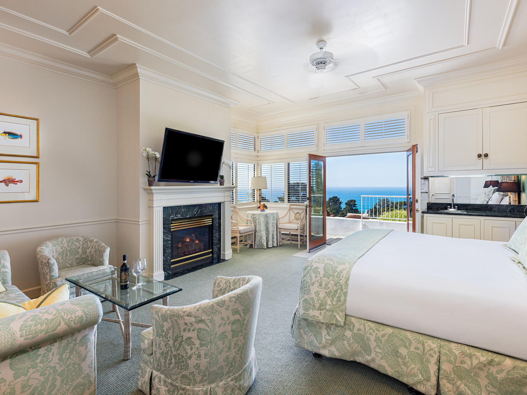 Deluxe King Suite with a king bed, sitting area at Tally Ho Inn