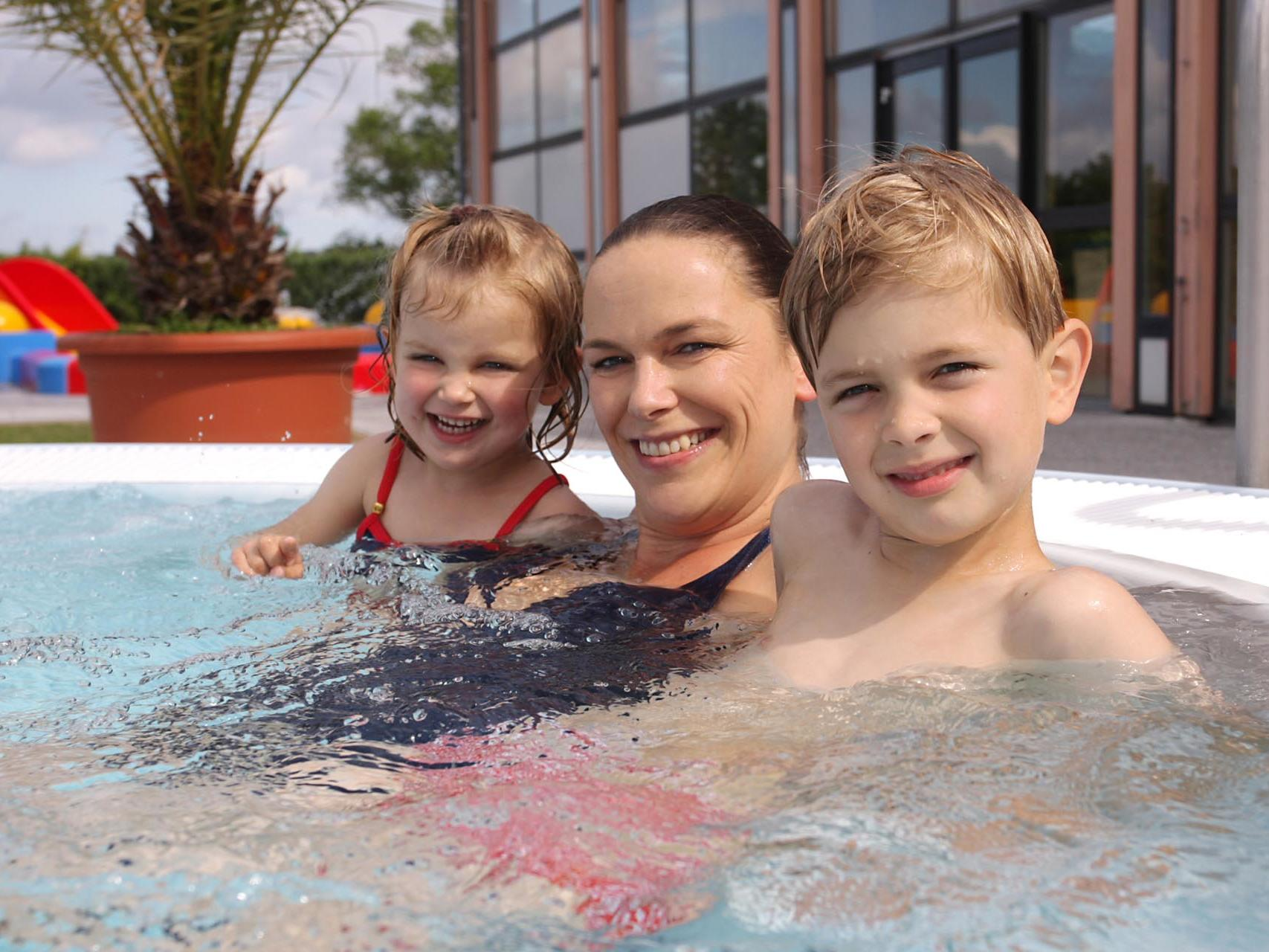 family at the pool of Precise Resort Rügen