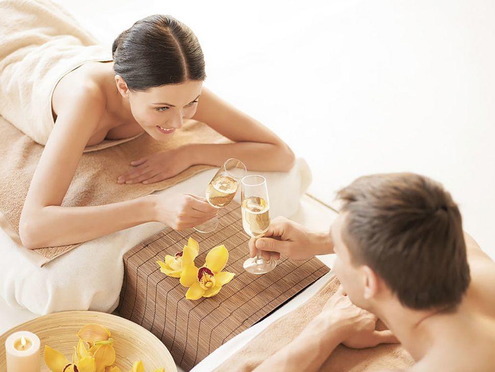 A couple enjoying Aqlla treatment with champagne at Hotel Sumaq