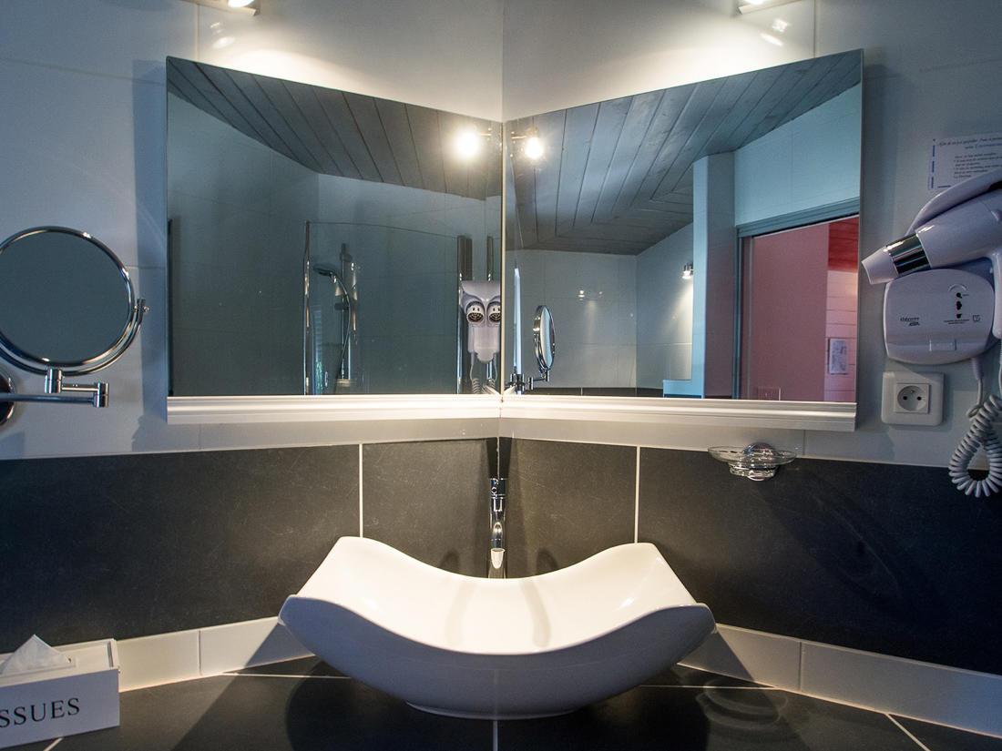 Bathroom at Roc e Fiori Hotel