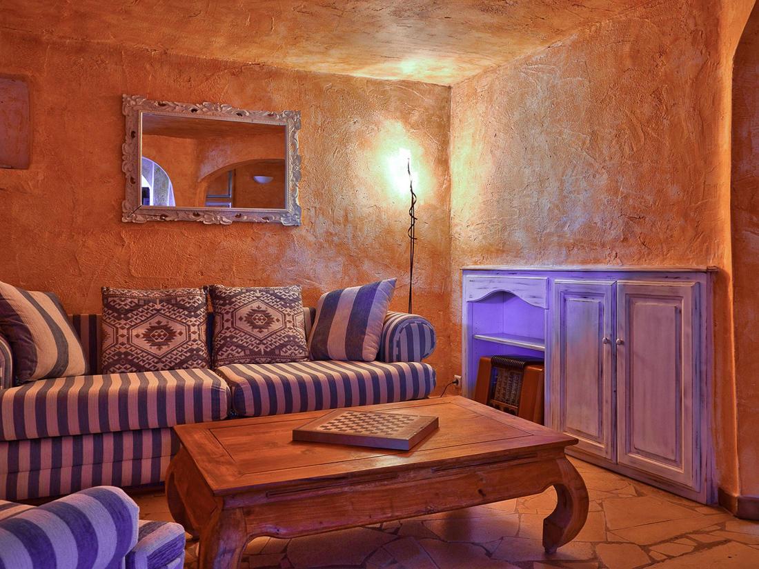 Living Room with Chessboard at Roc e Fiori Hotel