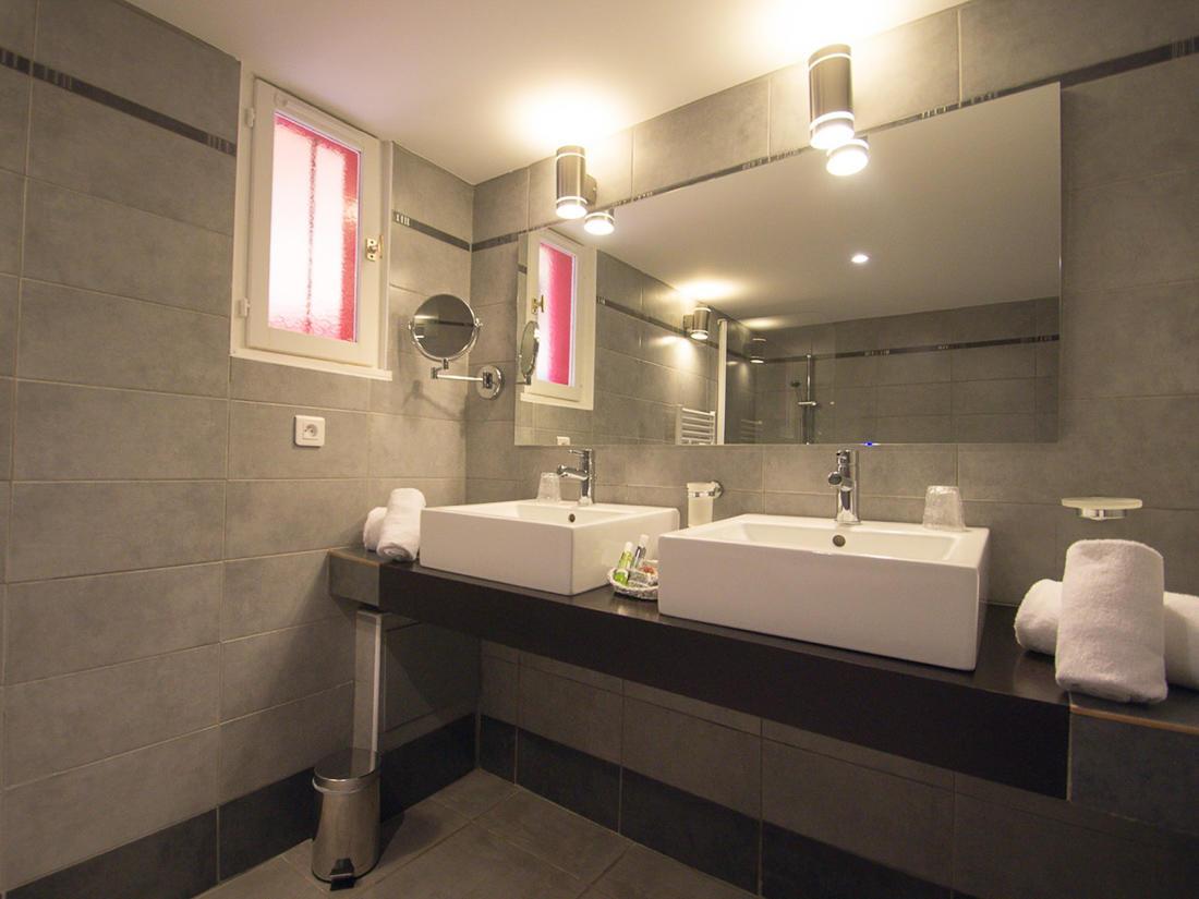Suite Bathroom at Roc e Fiori Hotel