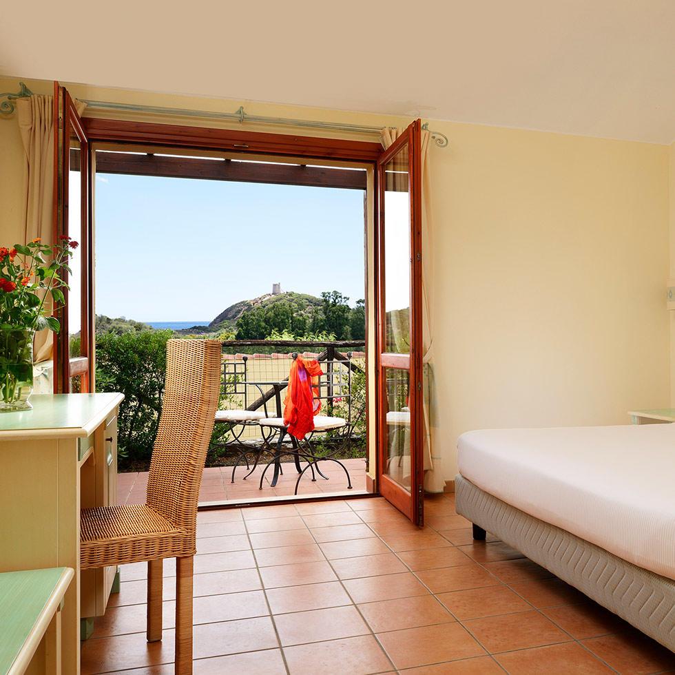 falkensteiner-hotel-torre-chia-rooms-ComfortRoomLateralSeaView