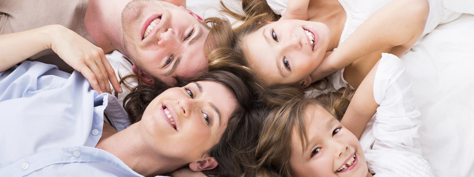 famille couchée sur le sol