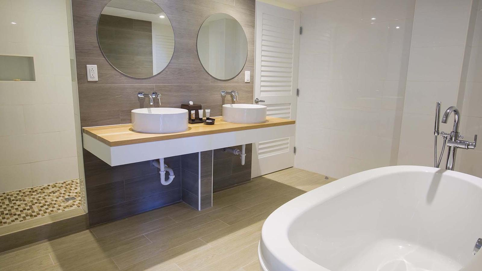 One Bedroom Harborfront Suite Bathroom