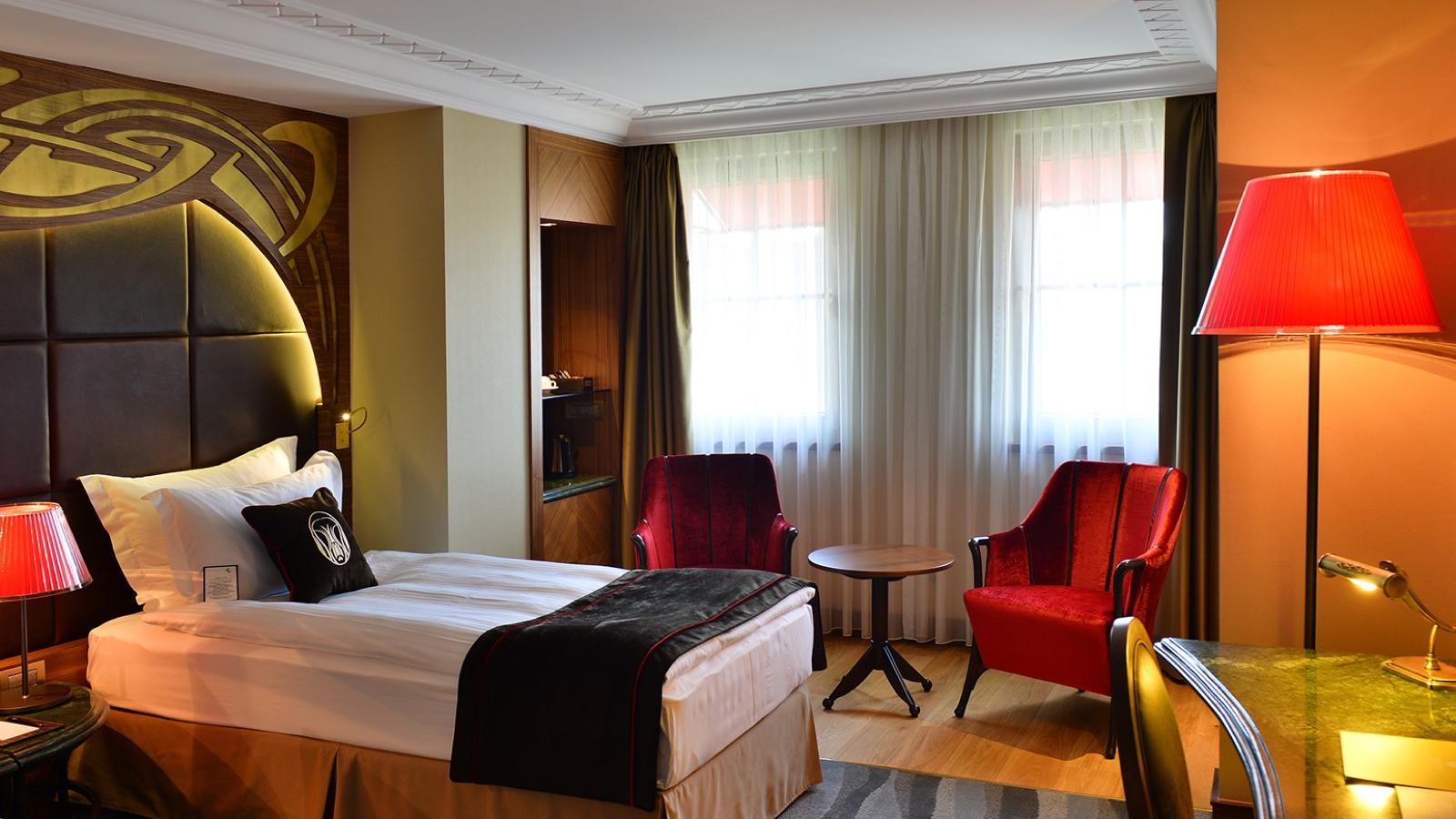 Deluxe Rooms with King Bed / Twin Beds offer details