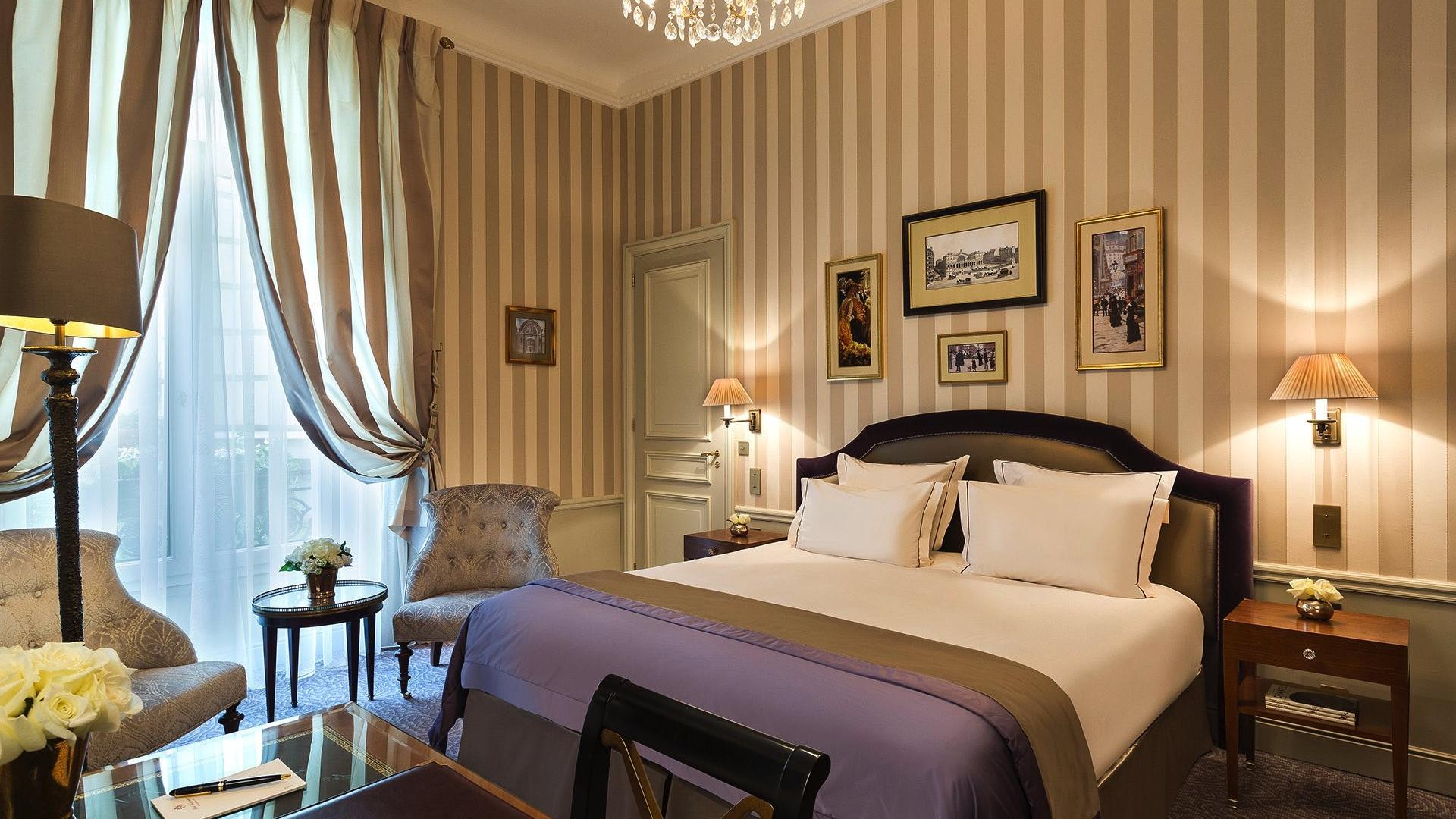 Signature Room purple at Hôtel Westminster