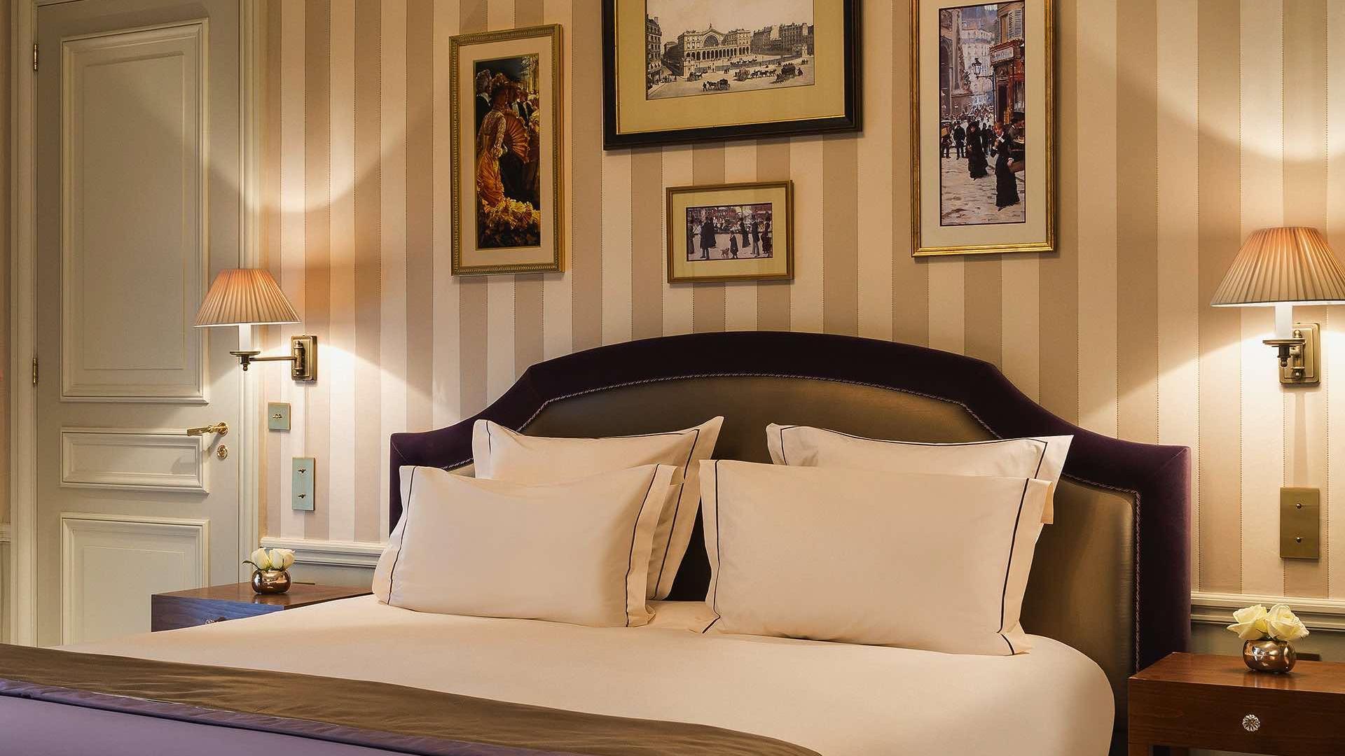 doble bed in Signature Room at Hôtel Westminster