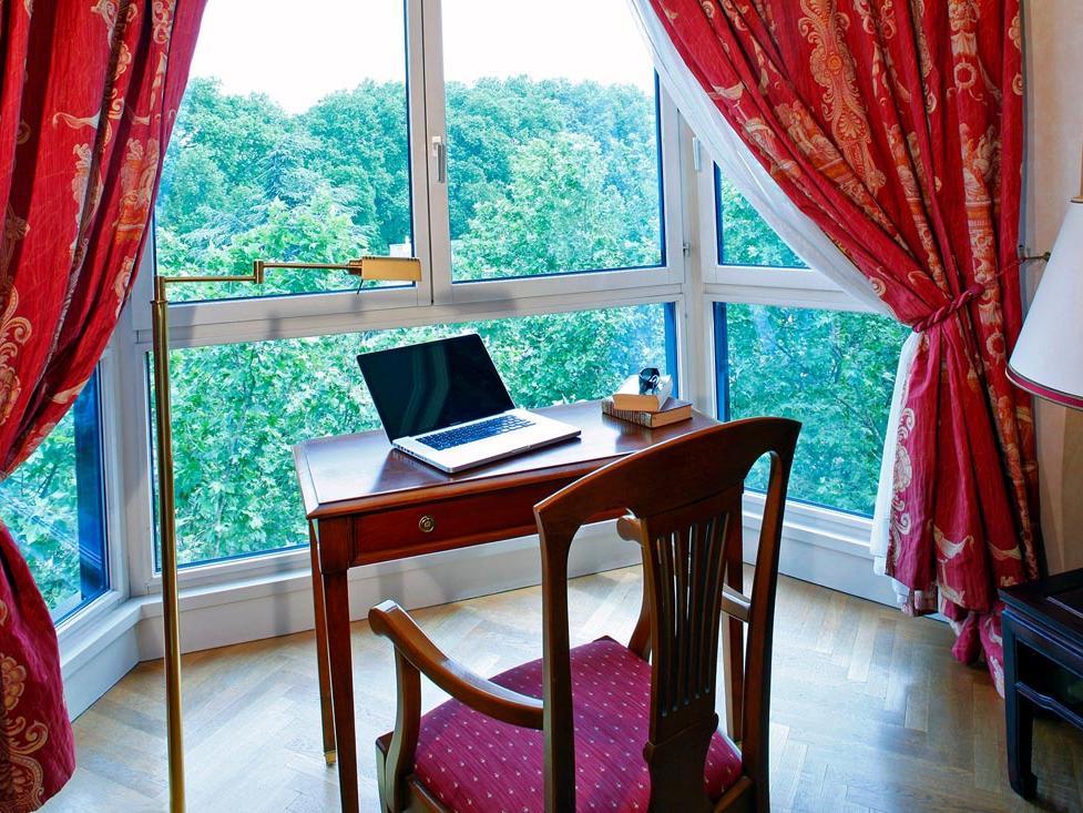 Premium desk area at Warwick Reine Astrid Lyon