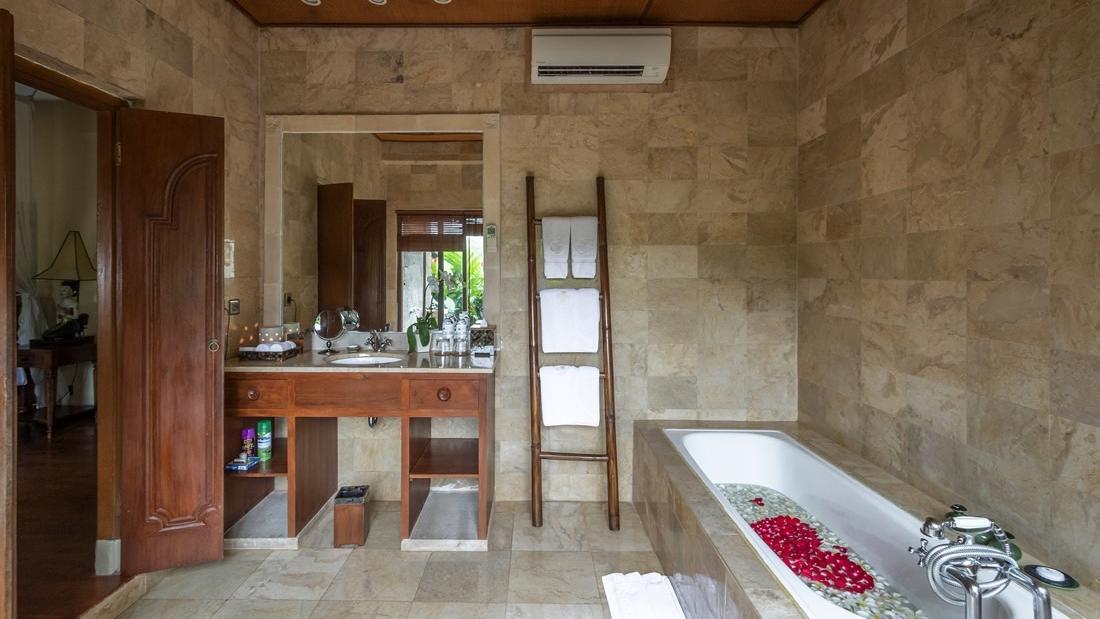 Bathroom from window at Warwick Ibah