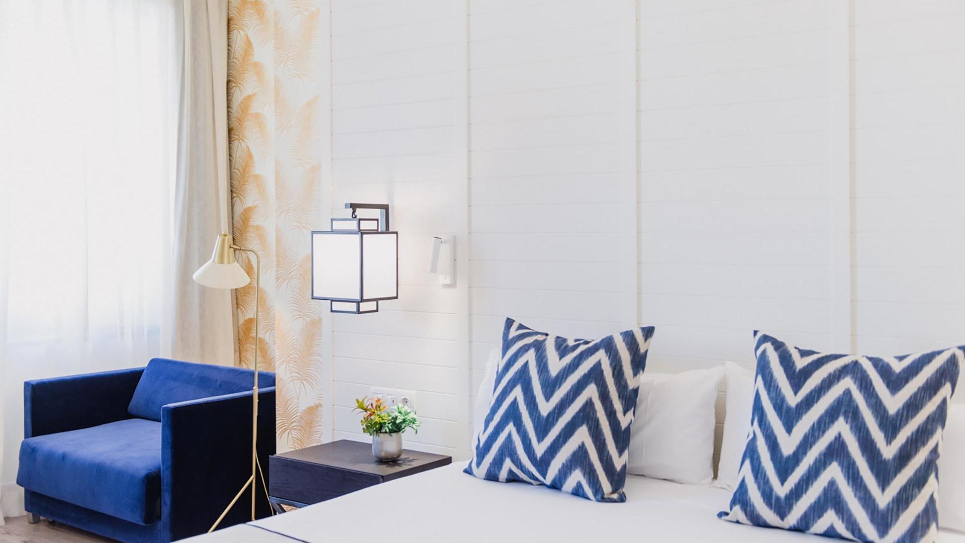 Hotel Molina Lario Deluxe Room Bed