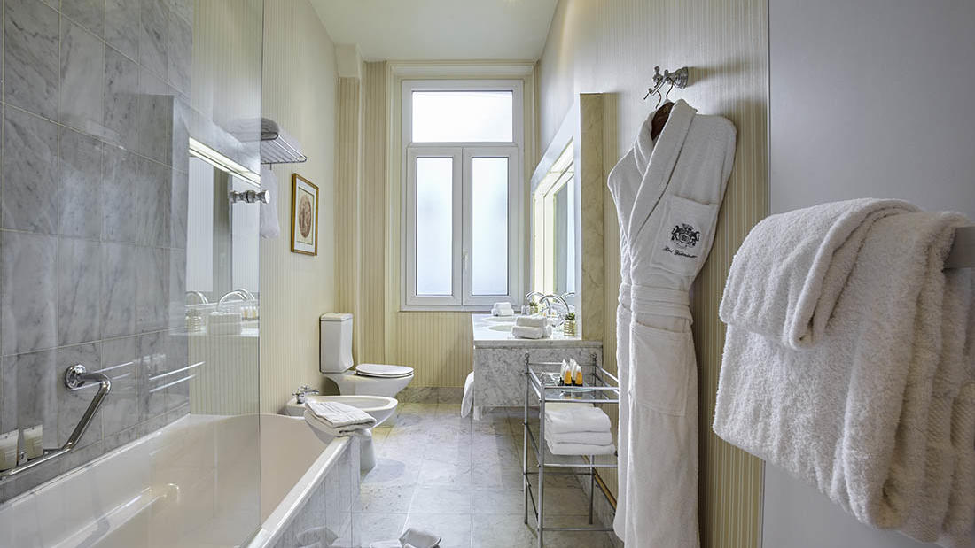 Executive Room Bathroom at Hôtel Westminster