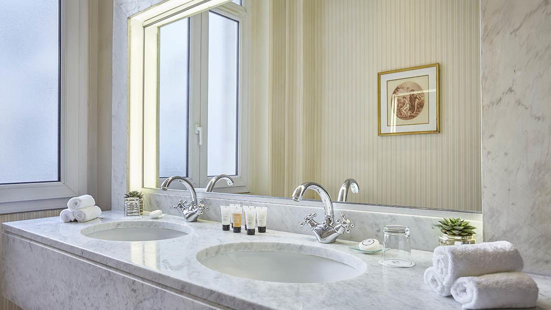 Executive Room Bathroom Sinks at Hôtel Westminster