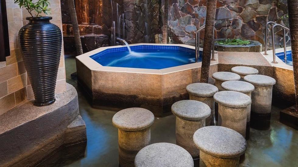 tubs-hot-and-cold-at-warwick-fiji-standard
