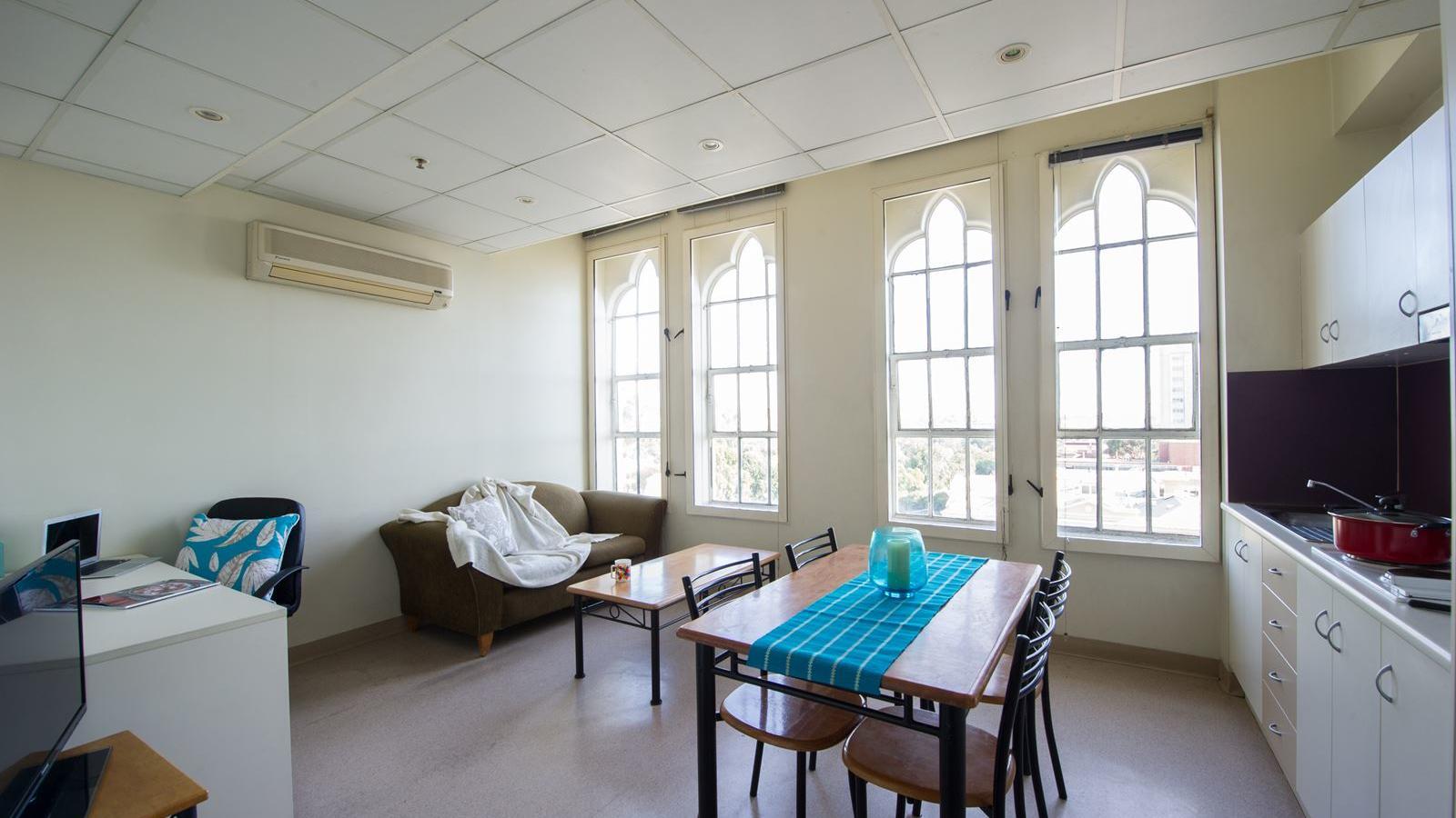 学生生活 - 托宾之家+1卧室公寓生活,休息室和厨房区