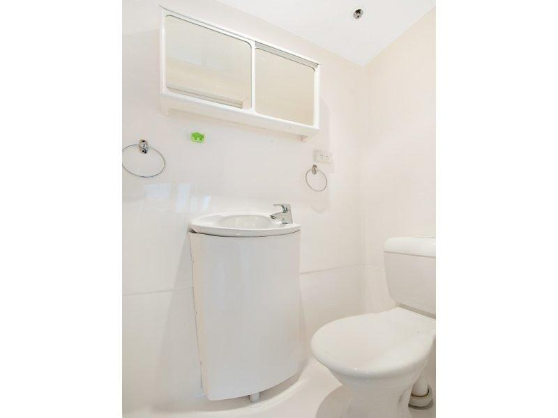 Adelaide Tower Apartments with Bathroom