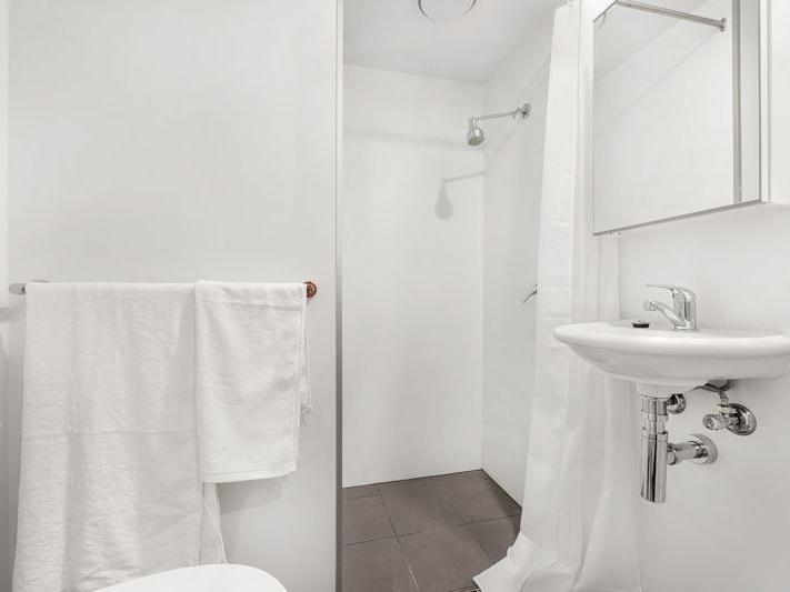 UniLodge South Bank_Studio Corner Bathroom