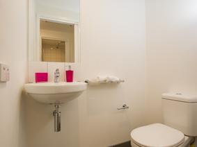 6 Bed Showroom Bathroom3