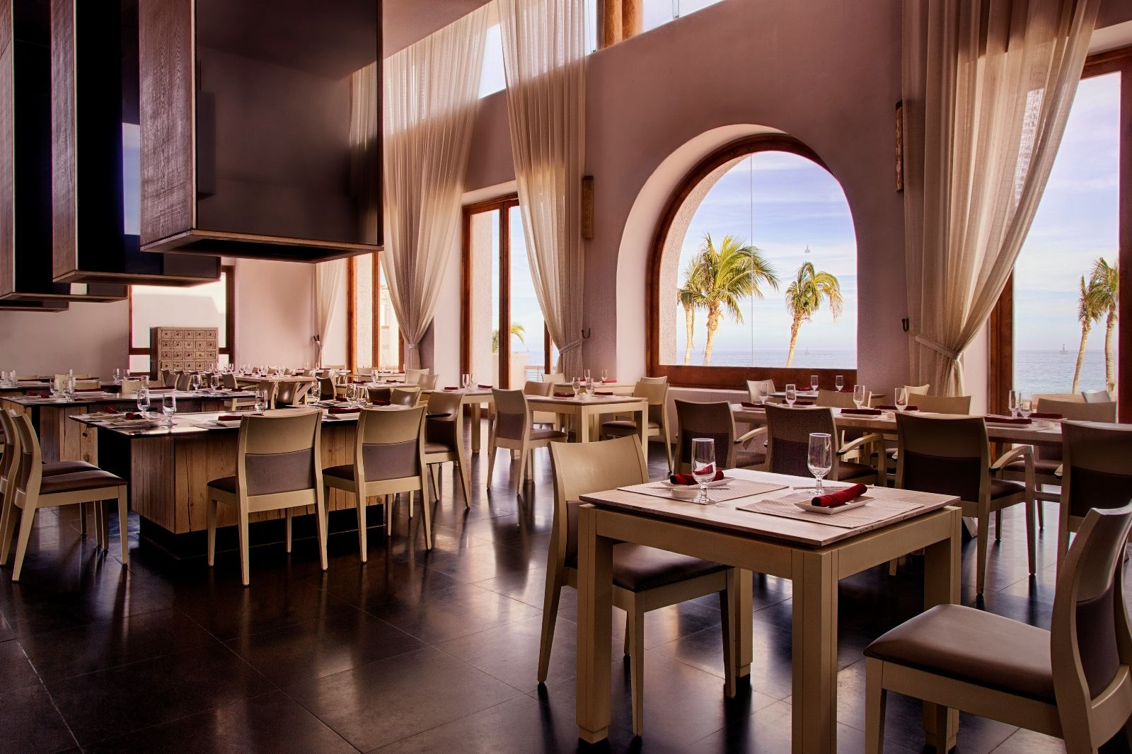 Sakee dining room and teppanyaki tables