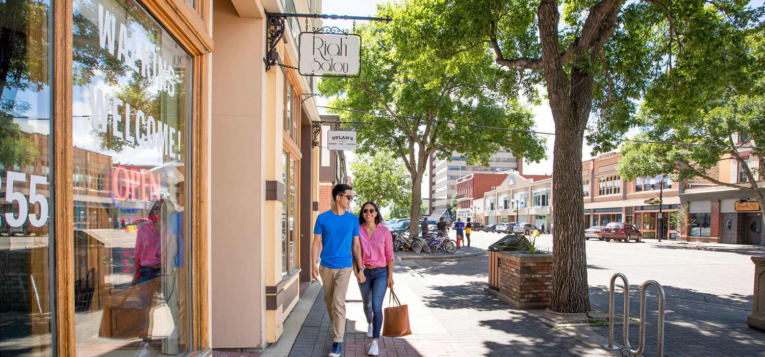 couple shopping in downtown lethbridge