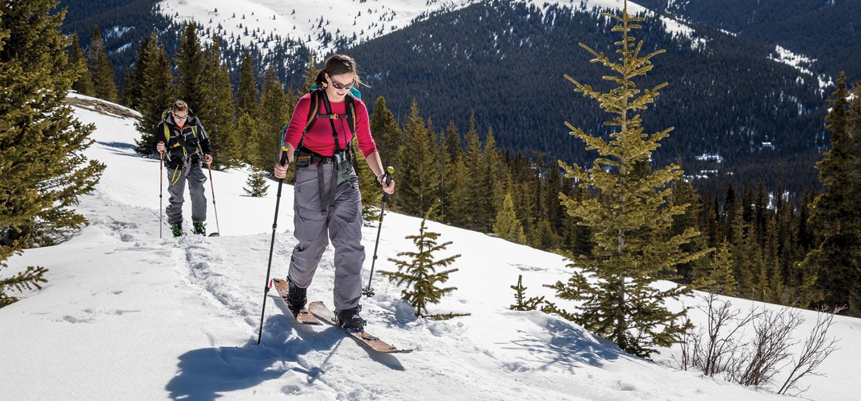 two women cross country skiin
