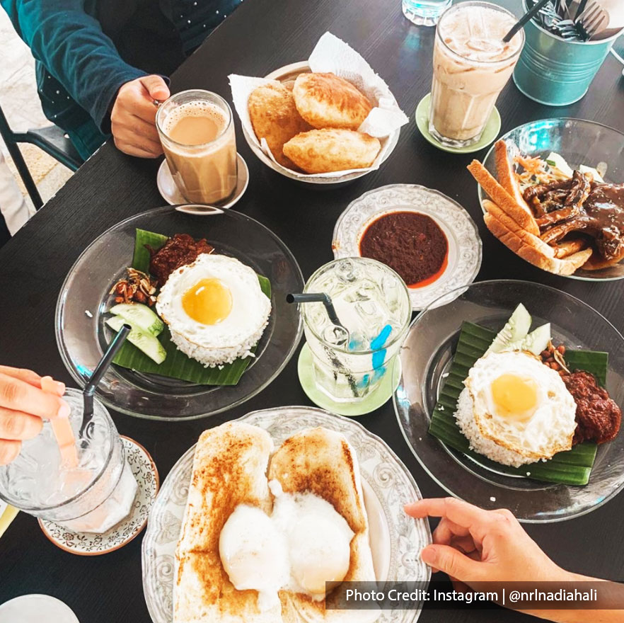 Malaysians' favorite breakfast menu at Kafe Kampung Kaw, Port Dickson