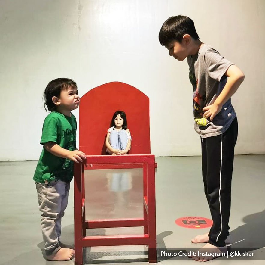 Animation themes in 3D art gallery with a doll