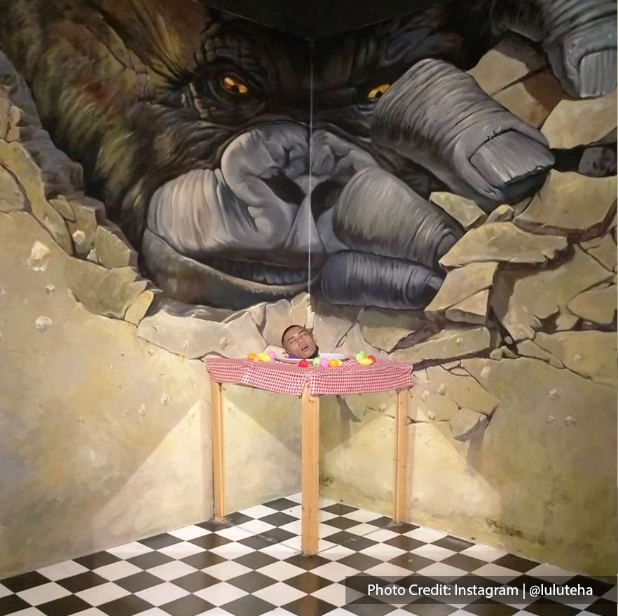 Exotic themes in 3D art gallery with gorilla